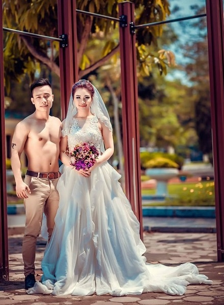 Cap 9X chup anh cuoi phong cach the duc duong pho hinh anh 8