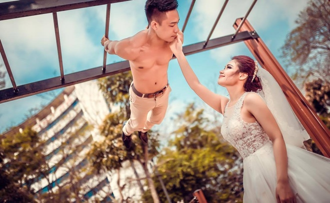 Cap 9X chup anh cuoi phong cach the duc duong pho hinh anh 1