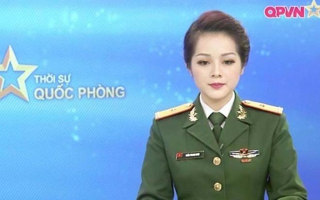 MC Thanh Hoai trong ban tin thoi su hinh anh