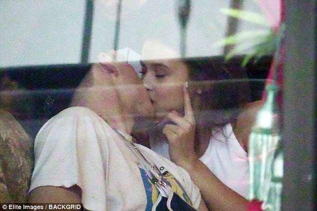 Brooklyn Beckham hon dam duoi nguoi mau Playboy 20 tuoi tren pho hinh anh 1