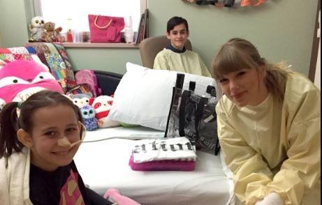 Taylor Swift gay xuc dong khi bat ngo den tham fan bi bong nang hinh anh