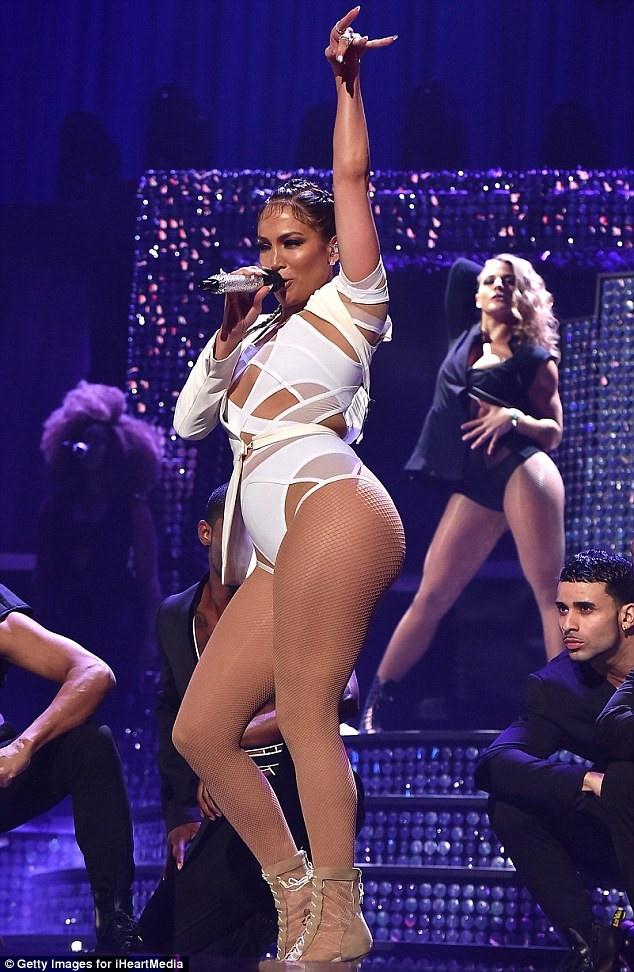 Trang phuc bieu dien goi cam cua Jennifer Lopez 4 nam qua hinh anh 9