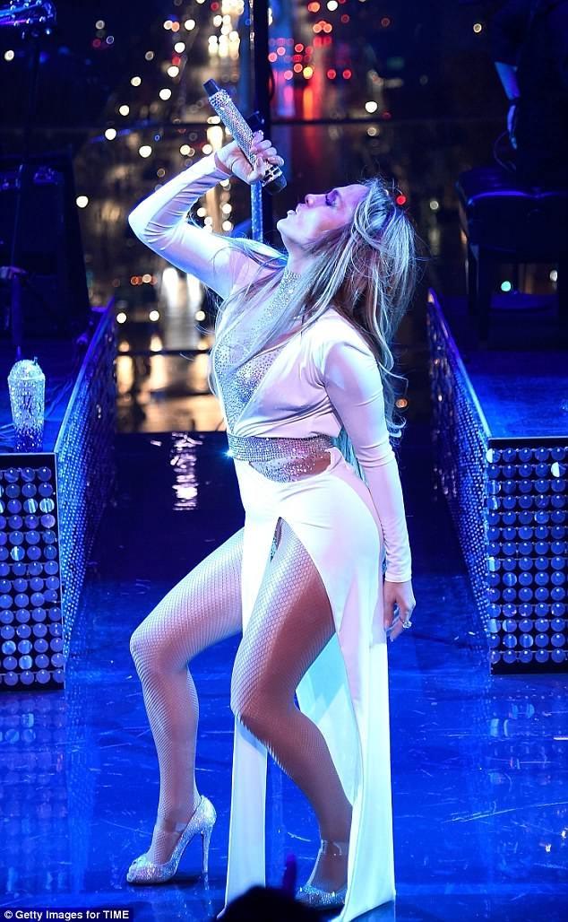 Trang phuc bieu dien goi cam cua Jennifer Lopez 4 nam qua hinh anh 2