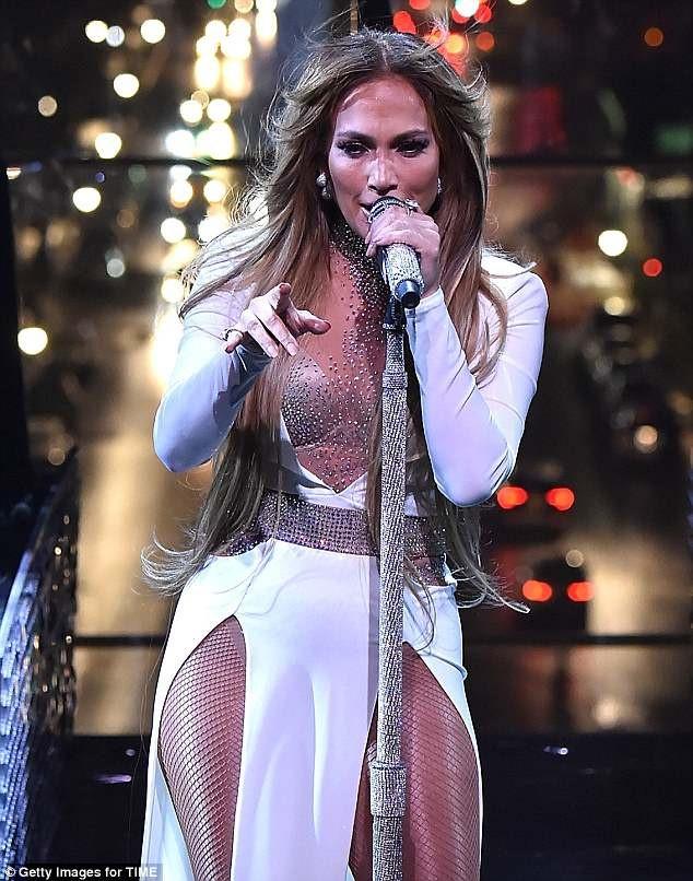 Trang phuc bieu dien goi cam cua Jennifer Lopez 4 nam qua hinh anh 1