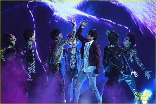BTS bung no voi 'Fake Love' tai Billboard Music Award 2018 hinh anh