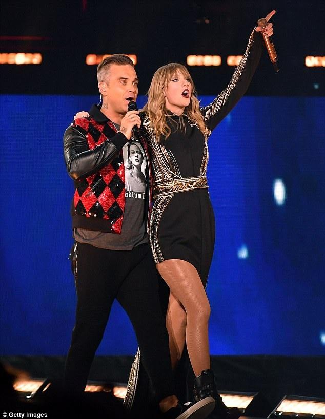 Ca si gio 'ngon tay thoi' gay tranh cai khi dien show cua Taylor Swift hinh anh 1