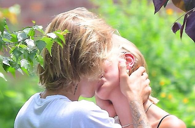 Justin Bieber va tinh moi hon nhau dam duoi trong vuon hoa hinh anh