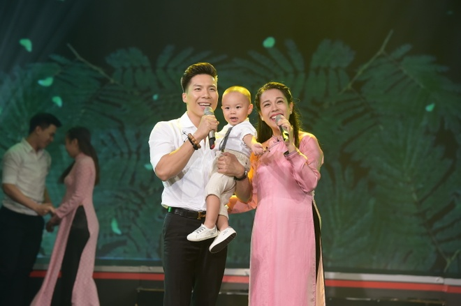 'Hoang tu xiec' Quoc Nghiep khoe giong hat ben vo con hinh anh 1