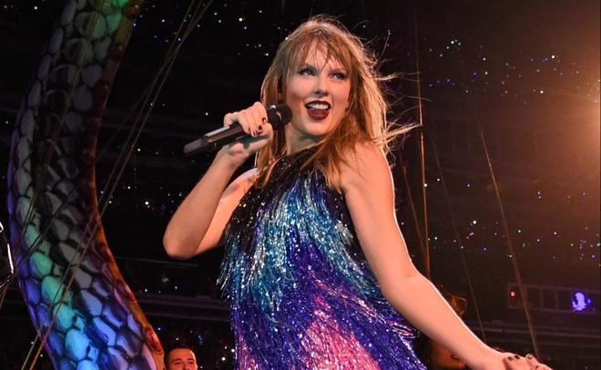 Tran Man City gap Liverpool suyt bi hoan vi show dien cua Taylor Swift hinh anh