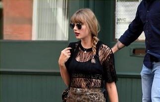 Rihanna, Taylor Swift goi cam voi trang phuc khoe noi y hinh anh