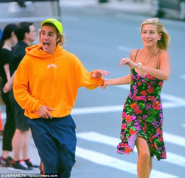 Justin Bieber, Hailey Baldwin lien tuc om mat tren duong pho New York hinh anh 2