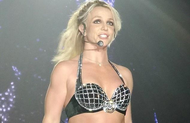 Britney Spears gay chu y vi trang phuc dien ho bao hinh anh