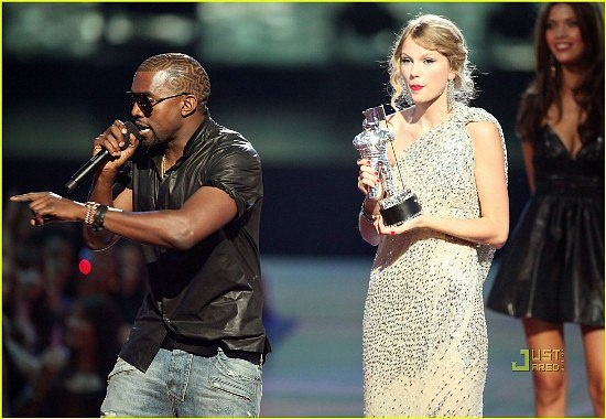 Kanye West giat micro cua Taylor Swift hinh anh
