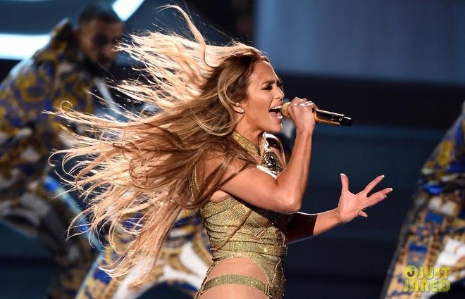 Jennifer Lopez dien nong bong, goi cam o tuoi 50 tai MTV VMAs 2018 hinh anh