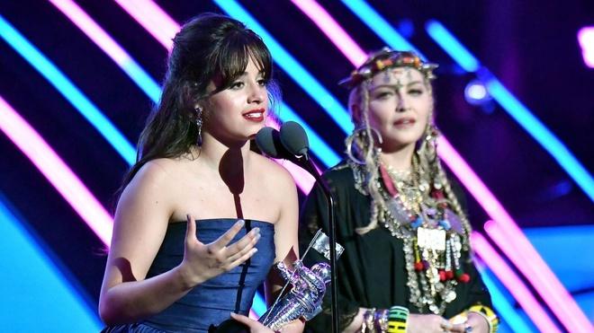 MTV VMAs 2018: 'Havana' lap cu dup, Camila Cabello vuot Ariana Grande hinh anh