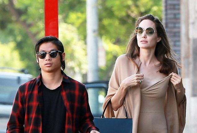 Angelina Jolie dao pho cung Pax Thien sau vu kien voi Brad Pitt hinh anh