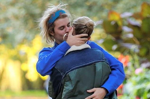 Justin Bieber va Hailey Baldwin khoa moi say dam tren duong pho hinh anh