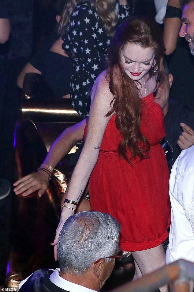 Lindsay Lohan tinh tu ben nguoi dan ong lon tuoi trong hop dem hinh anh 1