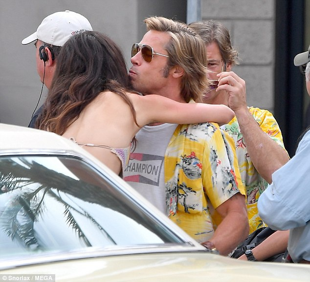 Brad Pitt mac ao sac so, vui ve tren phim truong bom tan moi hinh anh 3