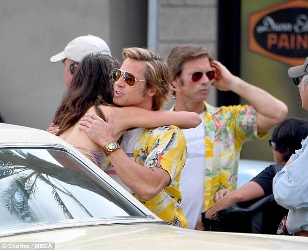 Brad Pitt mac ao sac so, vui ve tren phim truong bom tan moi hinh anh 1