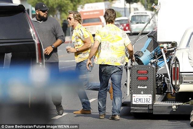 Brad Pitt mac ao sac so, vui ve tren phim truong bom tan moi hinh anh 2