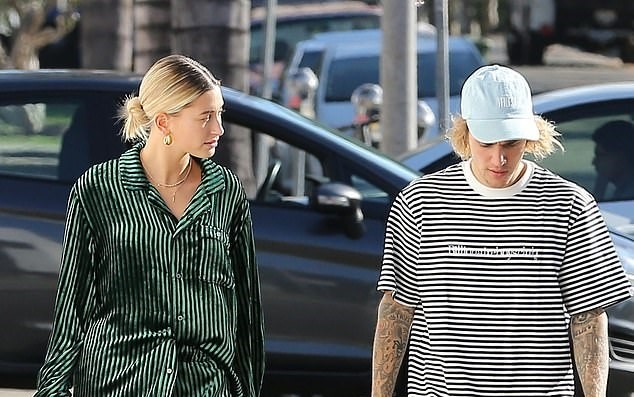 Ban gai Justin Bieber dien mot do ngu cho street style tuan qua hinh anh