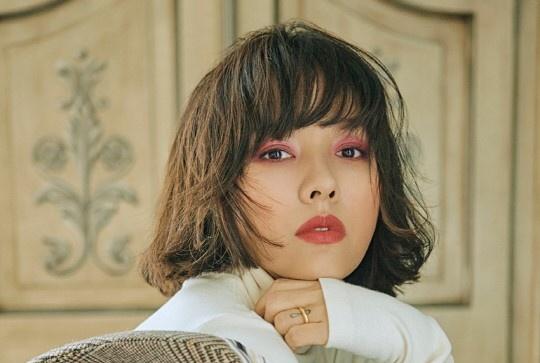 'Nu hoang goi cam' Lee Hyori khoe toc ngan ca tinh tren tap chi hinh anh