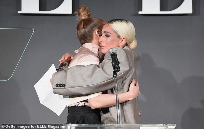 Lady Gaga xuc dong khi chia se ly do dien suit rong thung thinh hinh anh 2