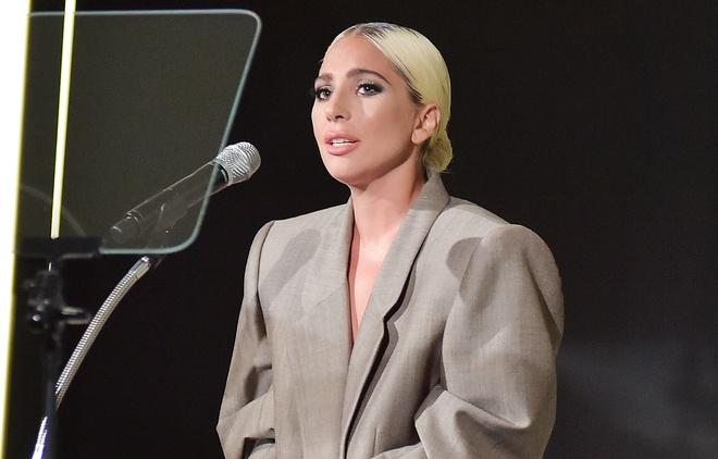 Lady Gaga xuc dong khi chia se ly do dien suit rong thung thinh hinh anh