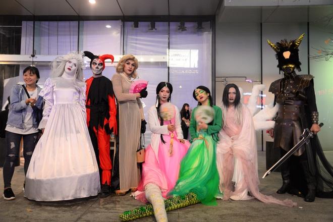 Giới trẻ hưởng ứng Halloween ở phố Nguyễn Huệ như thế nào?