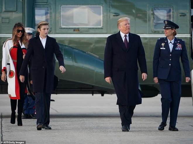 Con trai ut Tong thong Trump ngay cang cao lon, mac banh bao hinh anh 4