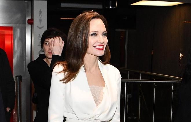 Angelina Jolie, Meghan Markle mac thanh lich nhat tuan hinh anh