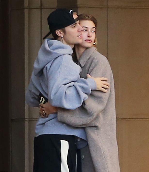 Vo chong Justin Bieber nhay mua, om hon nhau tren pho hinh anh 5