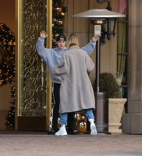 Vo chong Justin Bieber nhay mua, om hon nhau tren pho hinh anh 1
