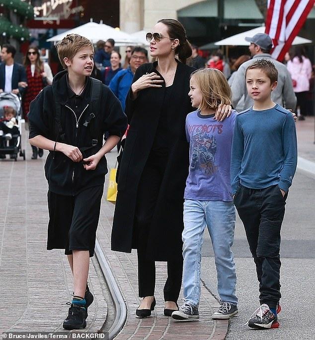 Angelina Jolie dan cac con di mua sam sau khi dat thoa thuan ly hon hinh anh 1