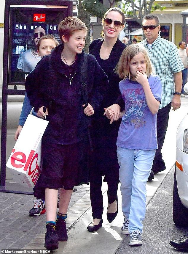 Angelina Jolie dan cac con di mua sam sau khi dat thoa thuan ly hon hinh anh 2