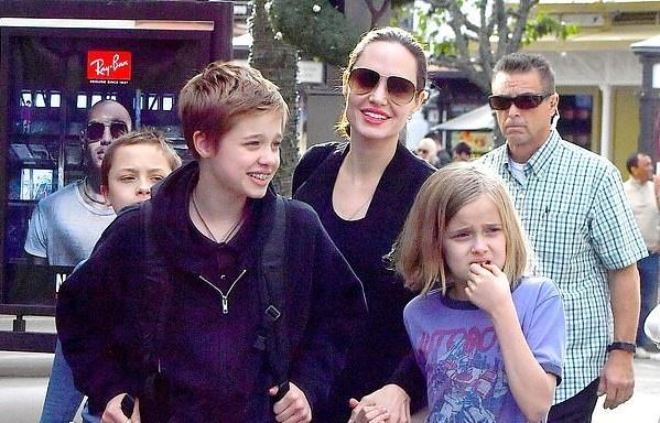 Angelina Jolie dan cac con di mua sam sau khi dat thoa thuan ly hon hinh anh