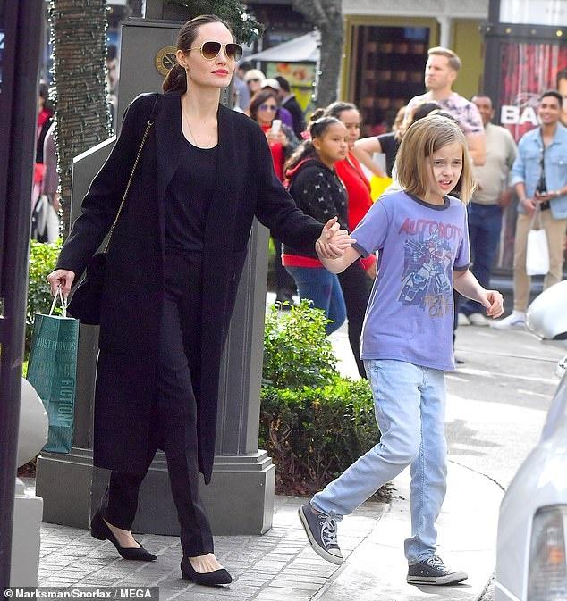 Angelina Jolie dan cac con di mua sam sau khi dat thoa thuan ly hon hinh anh 5