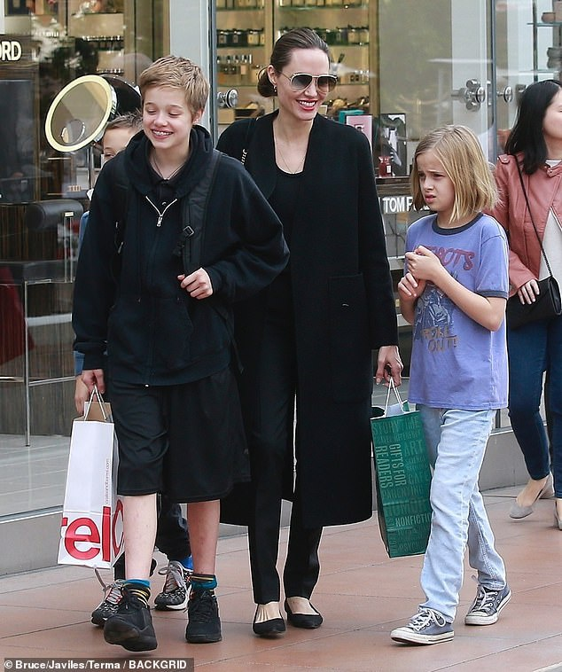 Angelina Jolie dan cac con di mua sam sau khi dat thoa thuan ly hon hinh anh 3