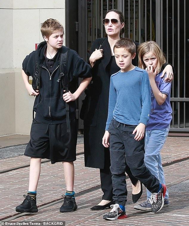 Angelina Jolie dan cac con di mua sam sau khi dat thoa thuan ly hon hinh anh 4