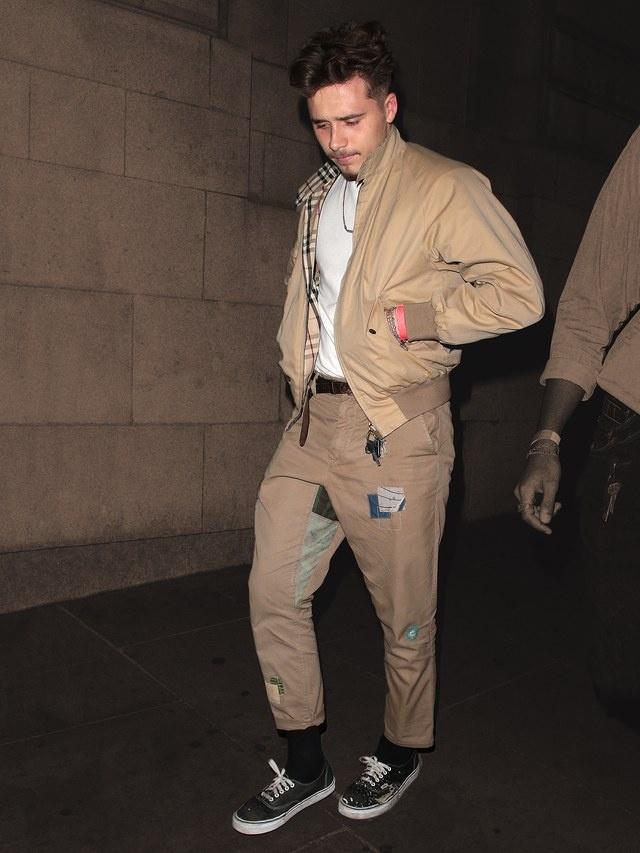Gu thoi trang 'ong chu' cua con trai David Beckham hinh anh 5