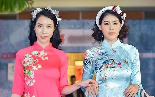 BST ao dai Tet cua Van Thanh Cong: Sen va ruom ra hinh anh