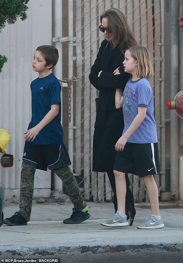Angelina Jolie dua cac con di choi giua tin Brad Pitt co tinh moi hinh anh 4
