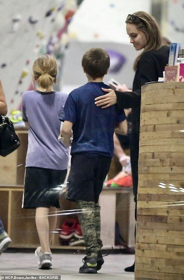 Angelina Jolie dua cac con di choi giua tin Brad Pitt co tinh moi hinh anh 3
