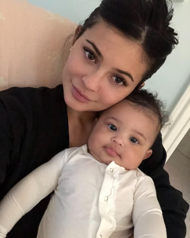 Kylie Jenner don sinh nhat 1 tuoi cua con gai anh 8