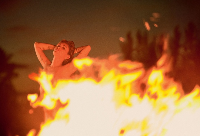 Sau ket hon, Miley Cyrus khoe nguc tao bao tren tap chi hinh anh 2