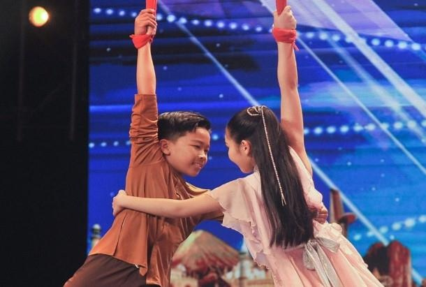 Hai em be Viet treo minh lo lung tai ban ket Asia's Got Talent 2019 hinh anh 2