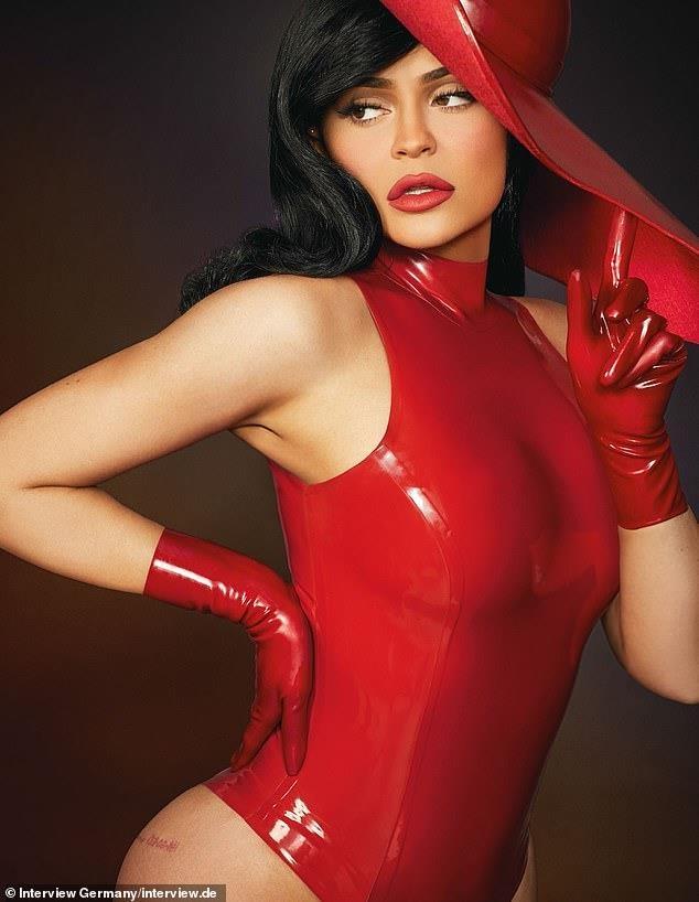 Kylie Jenner khoe than hinh boc lua, khang dinh giau tu than hinh anh 2