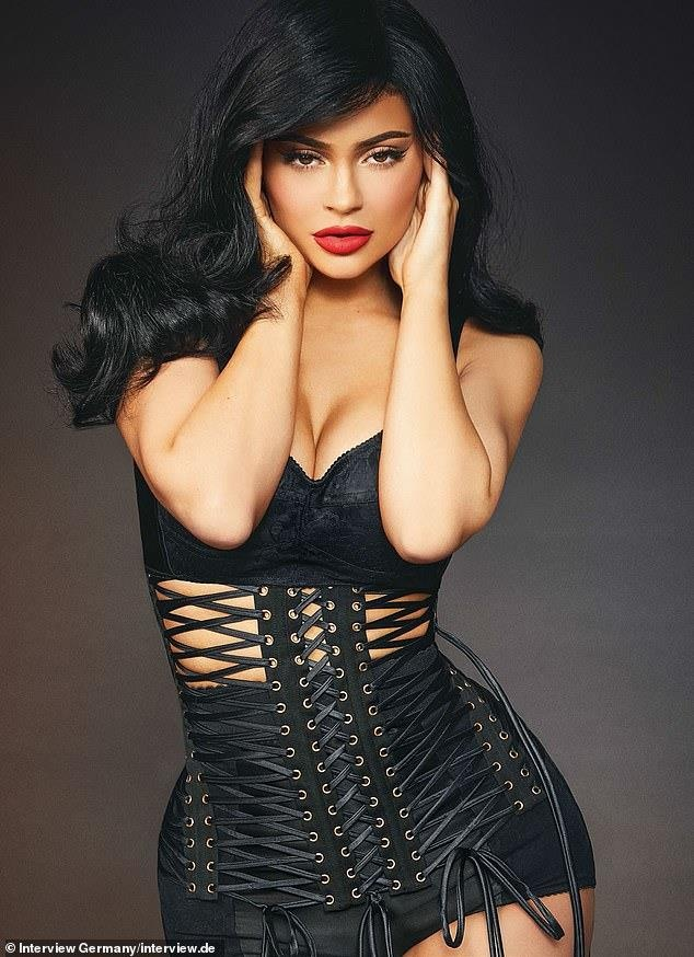 Kylie Jenner khoe than hinh boc lua, khang dinh giau tu than hinh anh 4