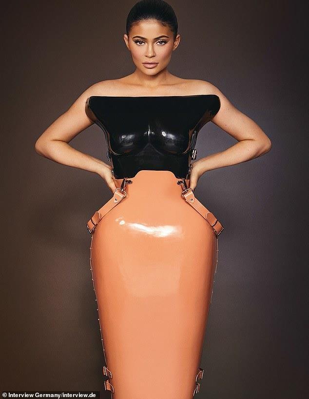 Kylie Jenner khoe than hinh boc lua, khang dinh giau tu than hinh anh 5